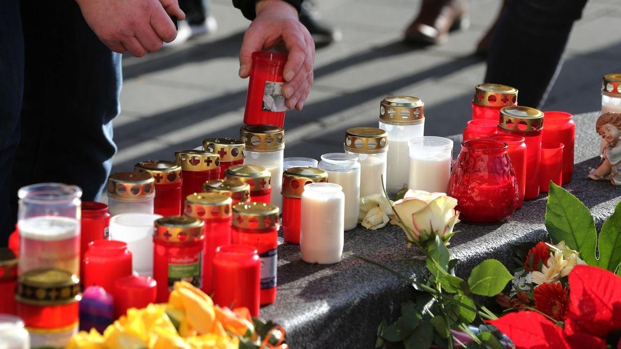 Gedenken an den Mann, der bei einer Auseinandersetzung am Augsburger Königsplatz gestorben ist.