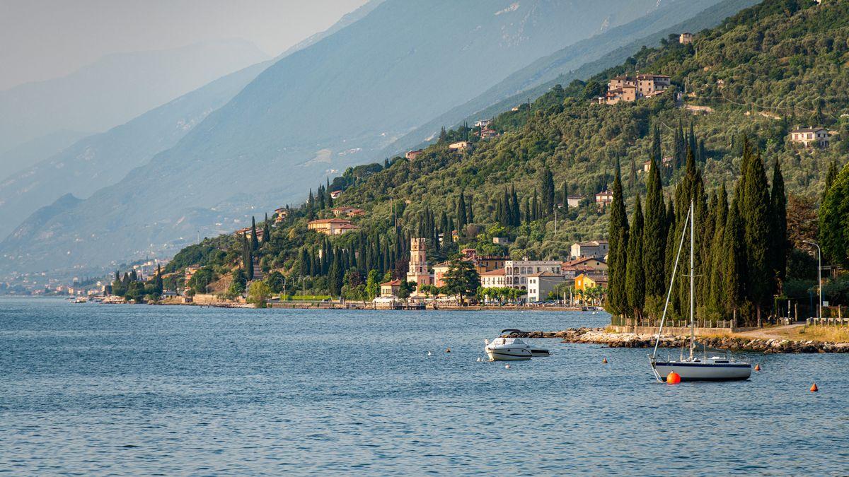 Boote liegen auf dem Gardasee, im Hintergrund ist der Turm von Pai (La Torre di Pai) zu sehen. (Symbolbild)