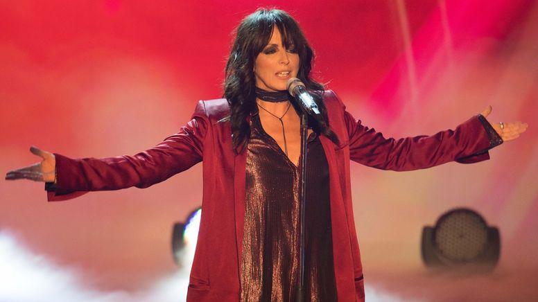 Sängerin Nena steht mit ausgebreiteten Armen im roten Mantel auf der Bühne | Bild:dpa-Bildfunk/Swen Pförtner