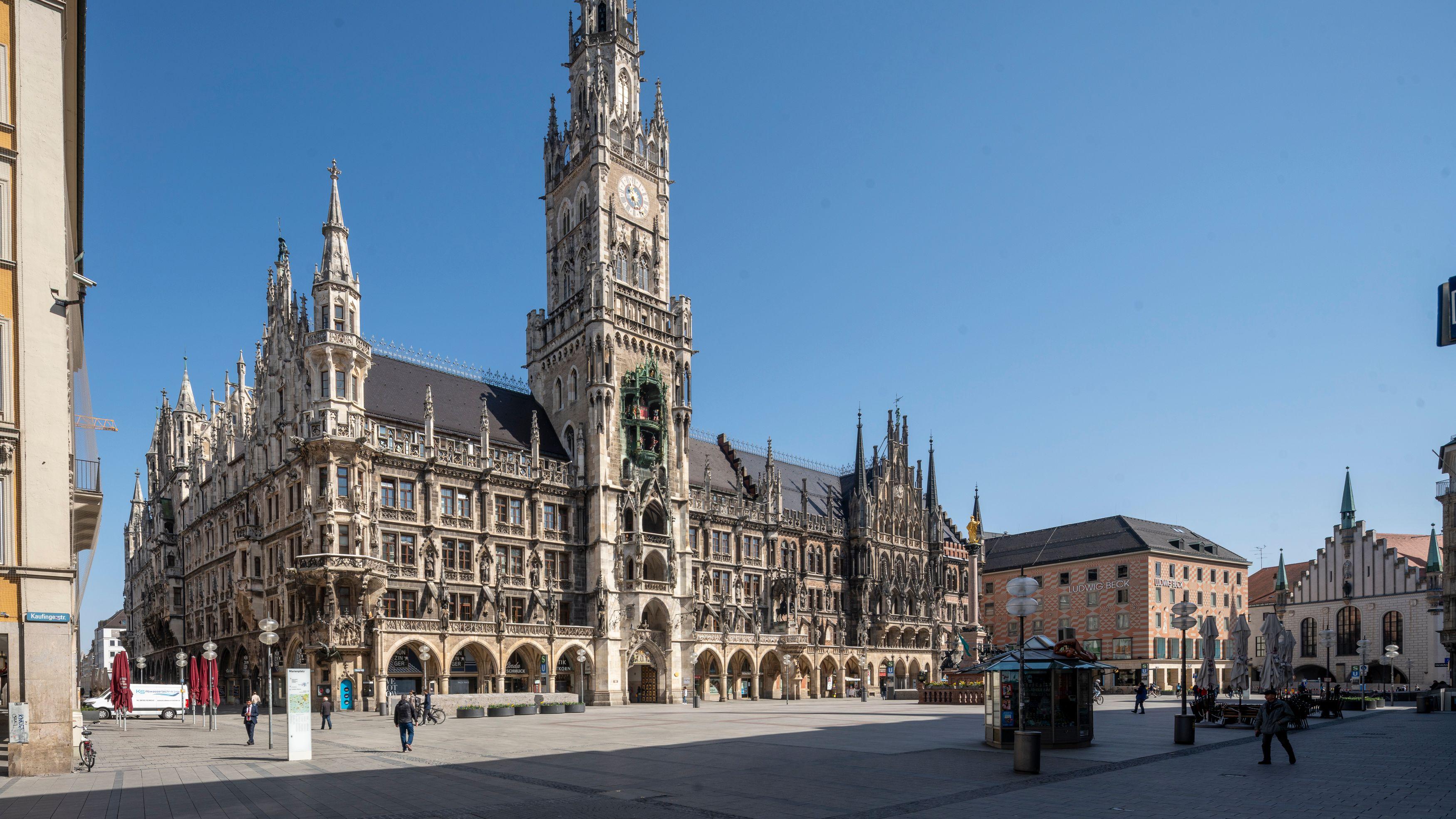 Auf dem Marienplatz in München sind kaum Menschen unterwegs, obwohl strahlender Sonnenschein ist.