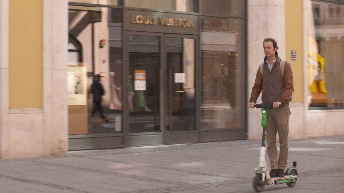 Millionär Antonis Schwarz beim Scooter-Fahren.