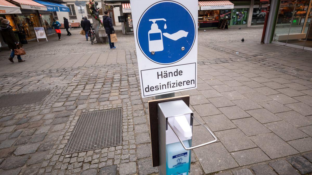 Ein Desinfektionsmittel-Spender am Münchner Viktualienmarkt.