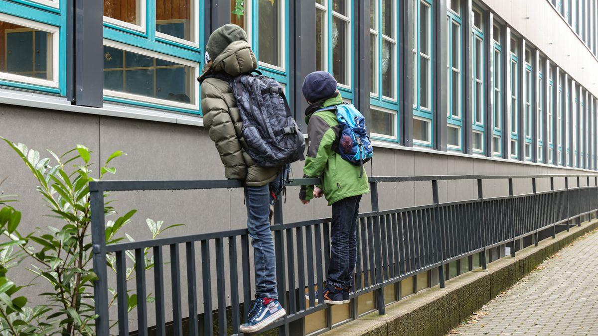 Wir müssen leider draußen bleiben: Schüler vor ihrem Schulgebäude