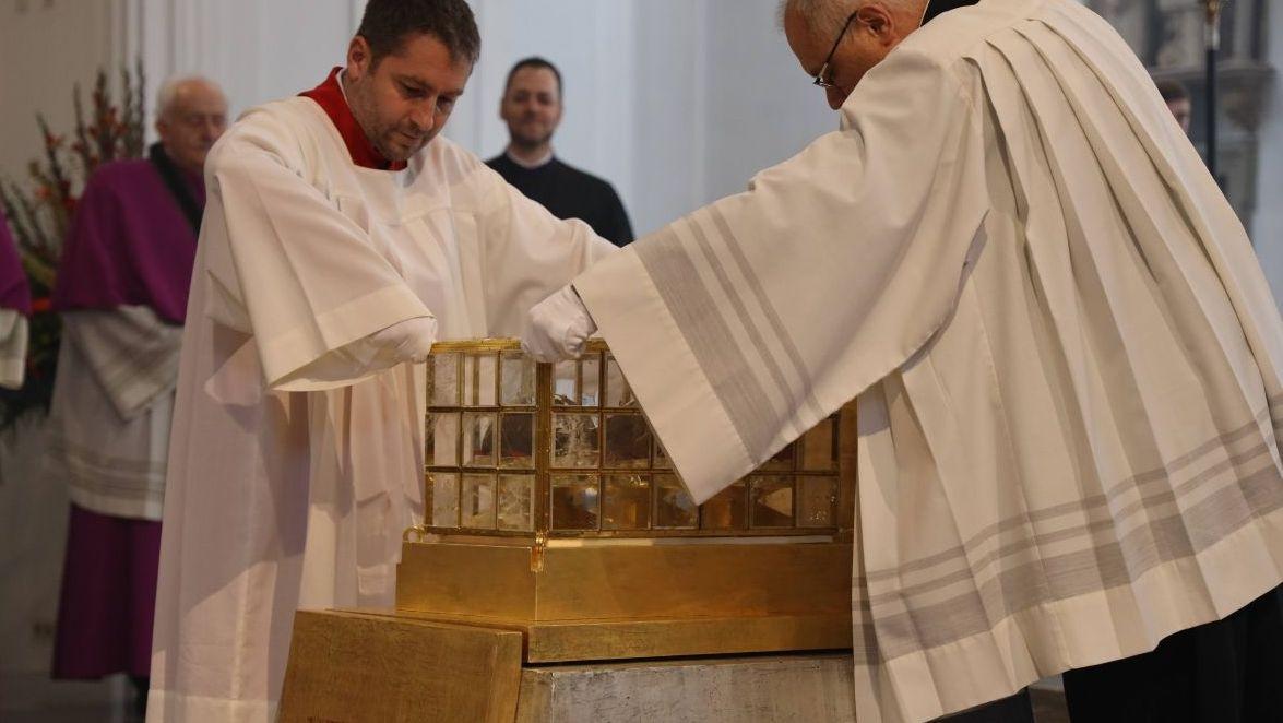 Der Schrein mit den Häuptern der drei Frankenapostel wird im Kiliansdom aufgestellt