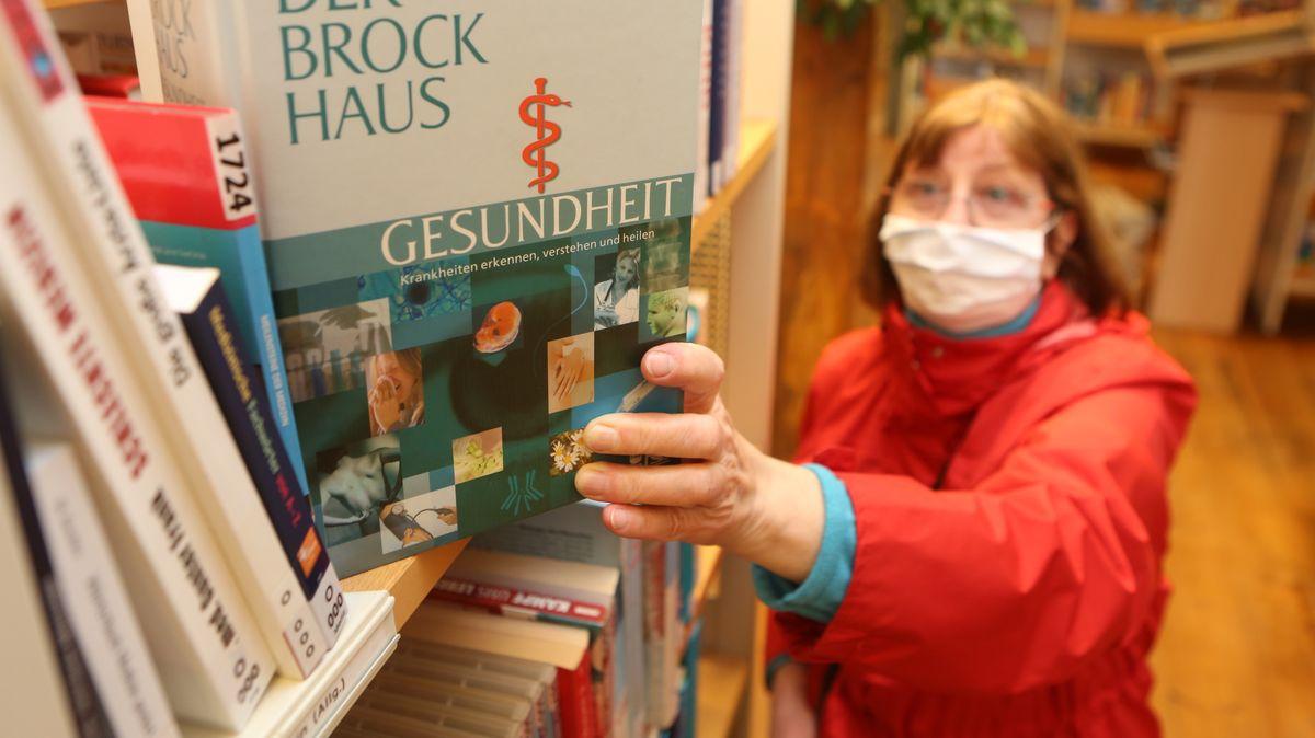 Büchereibesucherin mit Schutzmaske: Ein Bild aus Sachsen-Anhalt