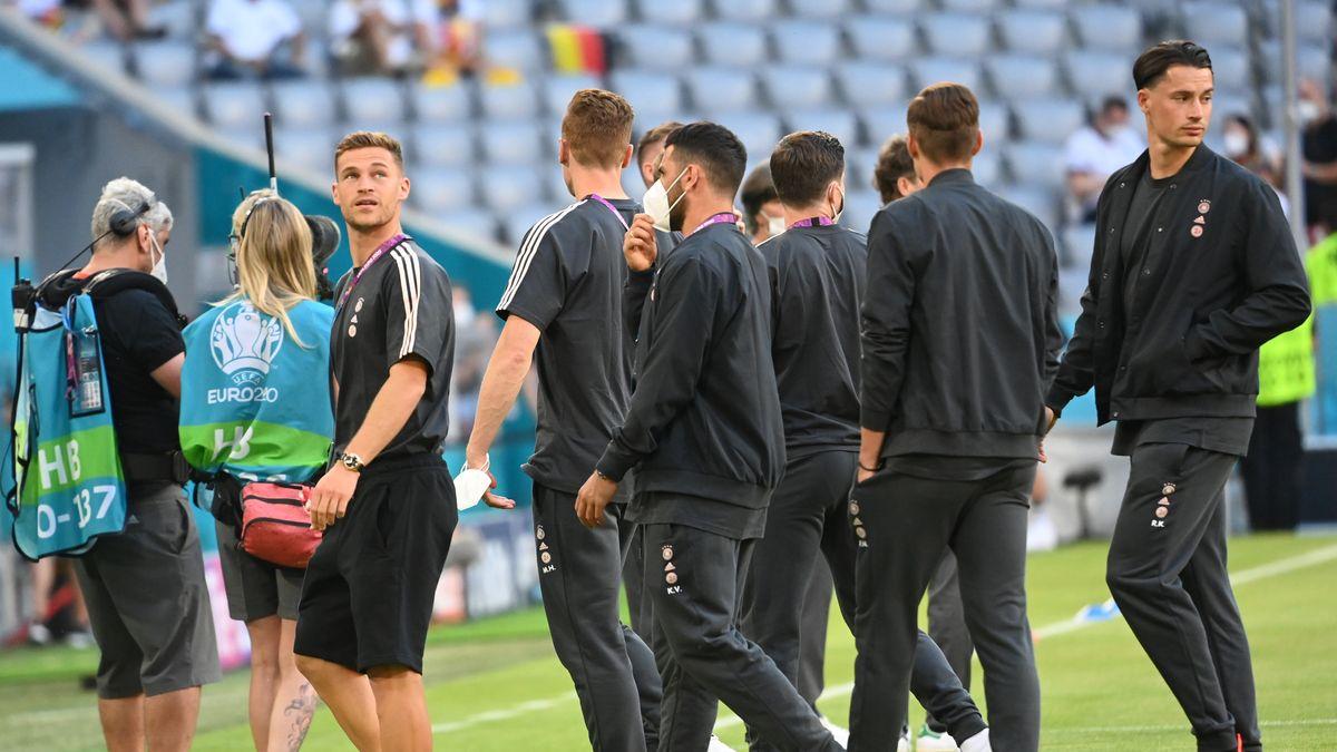 Deutsche Nationalmannschaft betritt den Münchner Rasen.