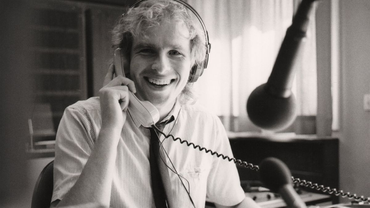 Ein junger Thomas Gottschalk sitzt in einem Radiostudio und telefoniert.