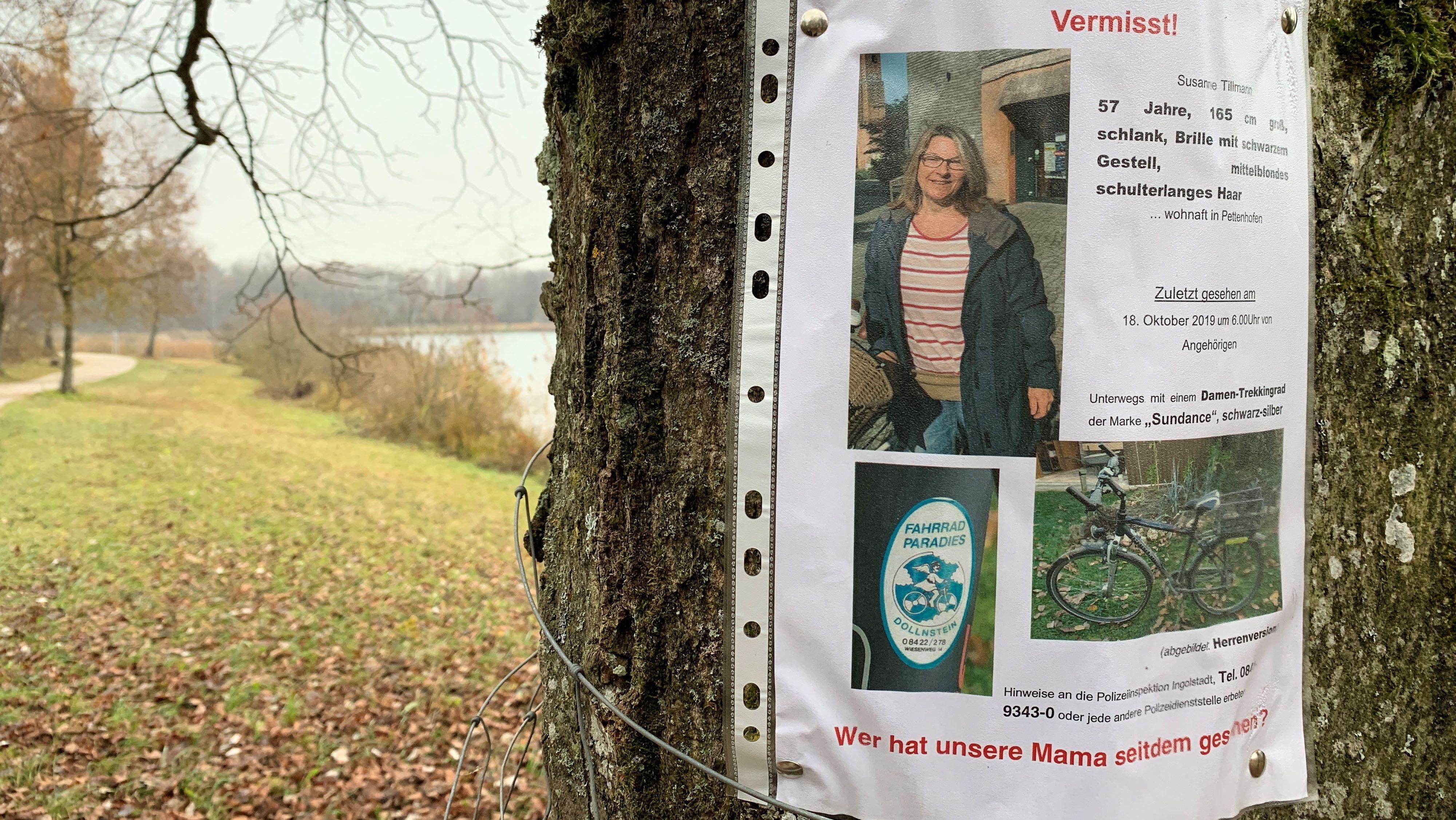 Suchplakat der Familie von Susanne Tillmann an einem Baumstamm am Ingolstädter Baggersee (Archivbild).