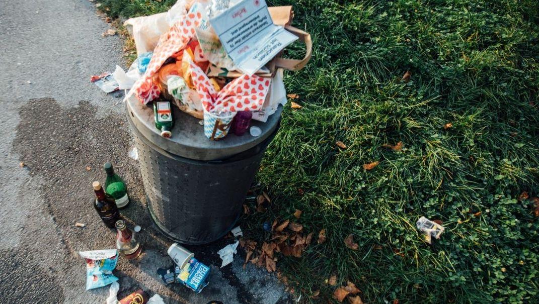Ein überfüllter Mülleimer
