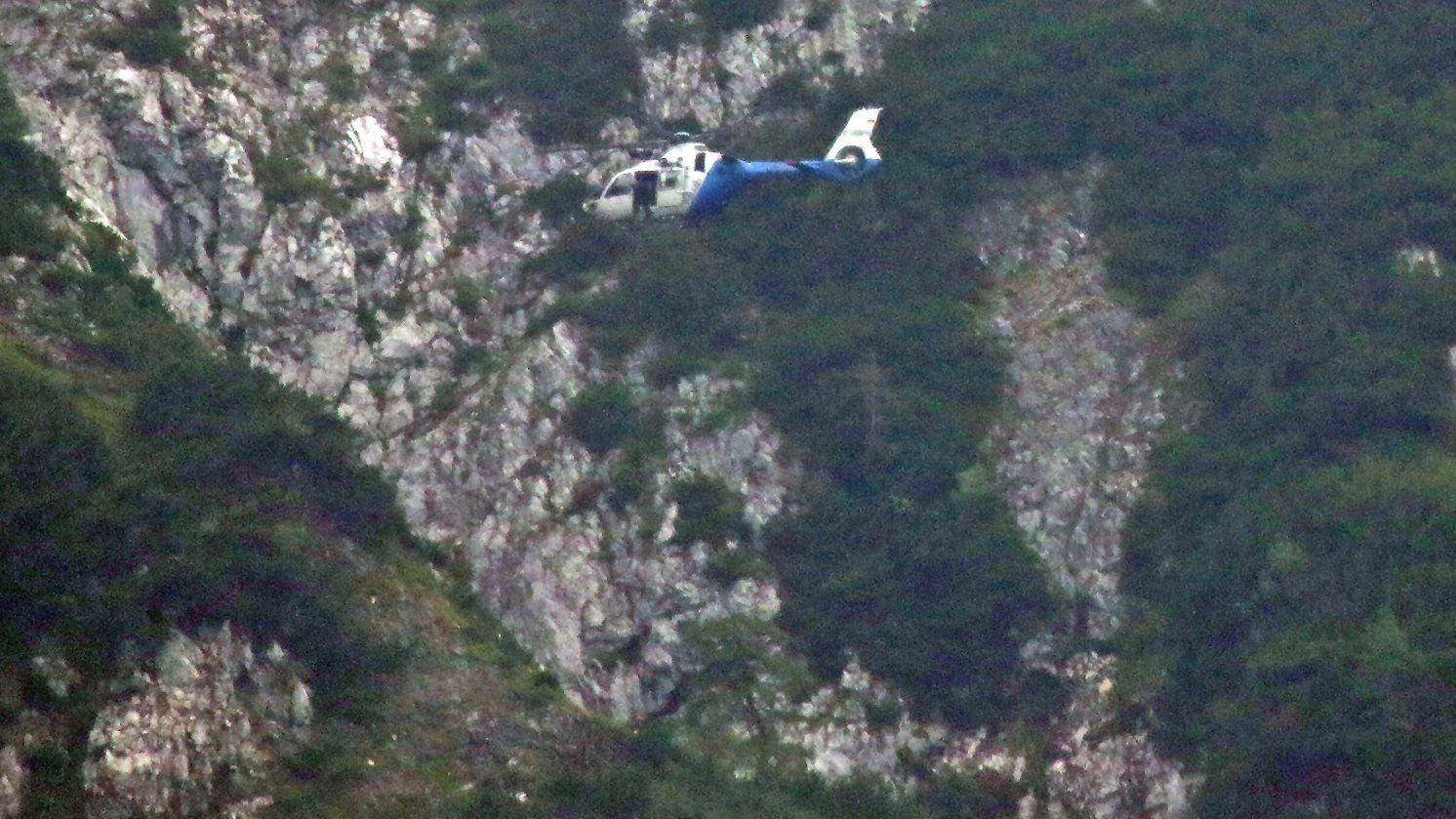 Der Münchner Polizeihubschrauber im Anflug auf den Pidinger Klettersteig