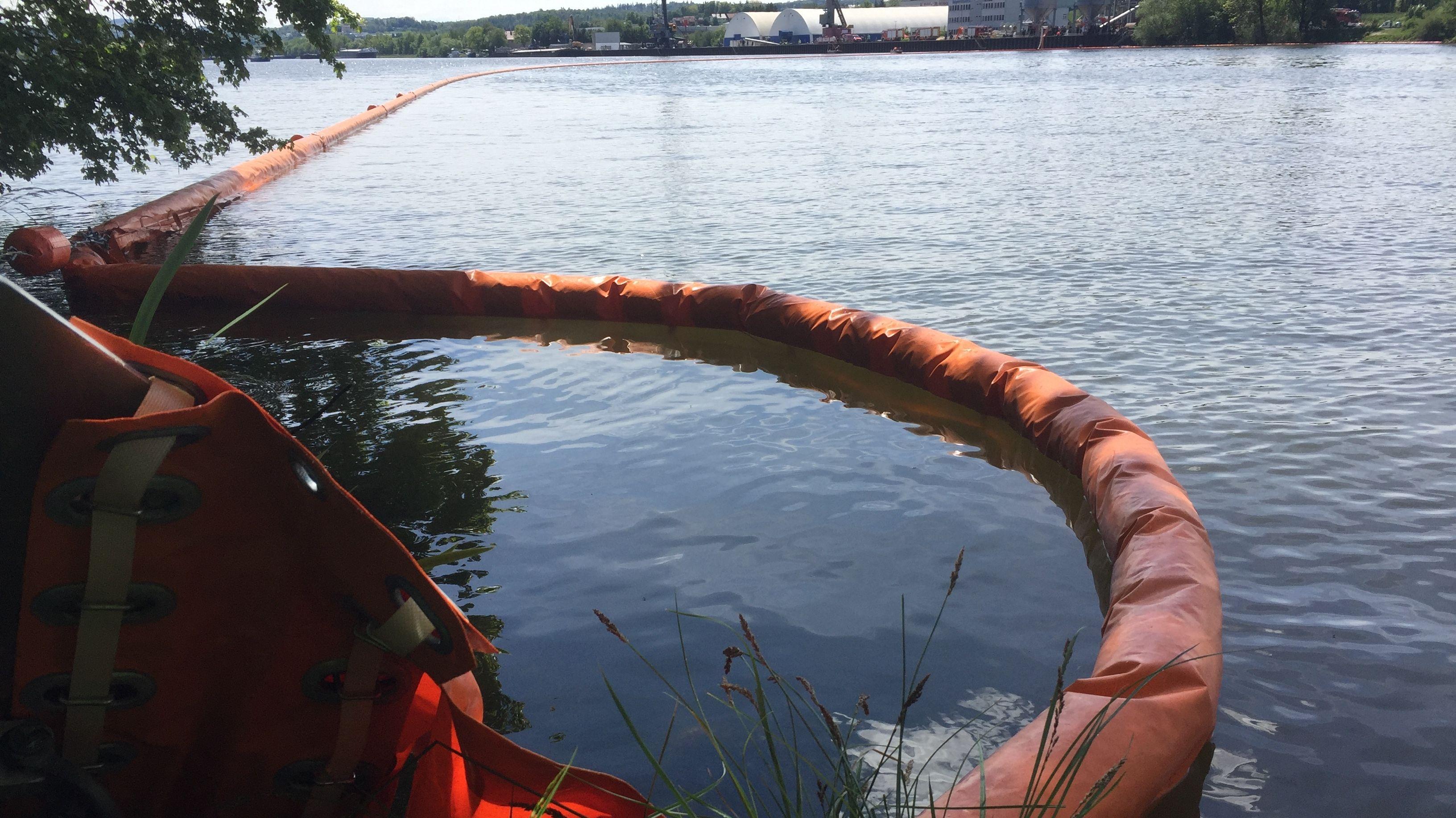 Ölsperre auf der Donau in Passau