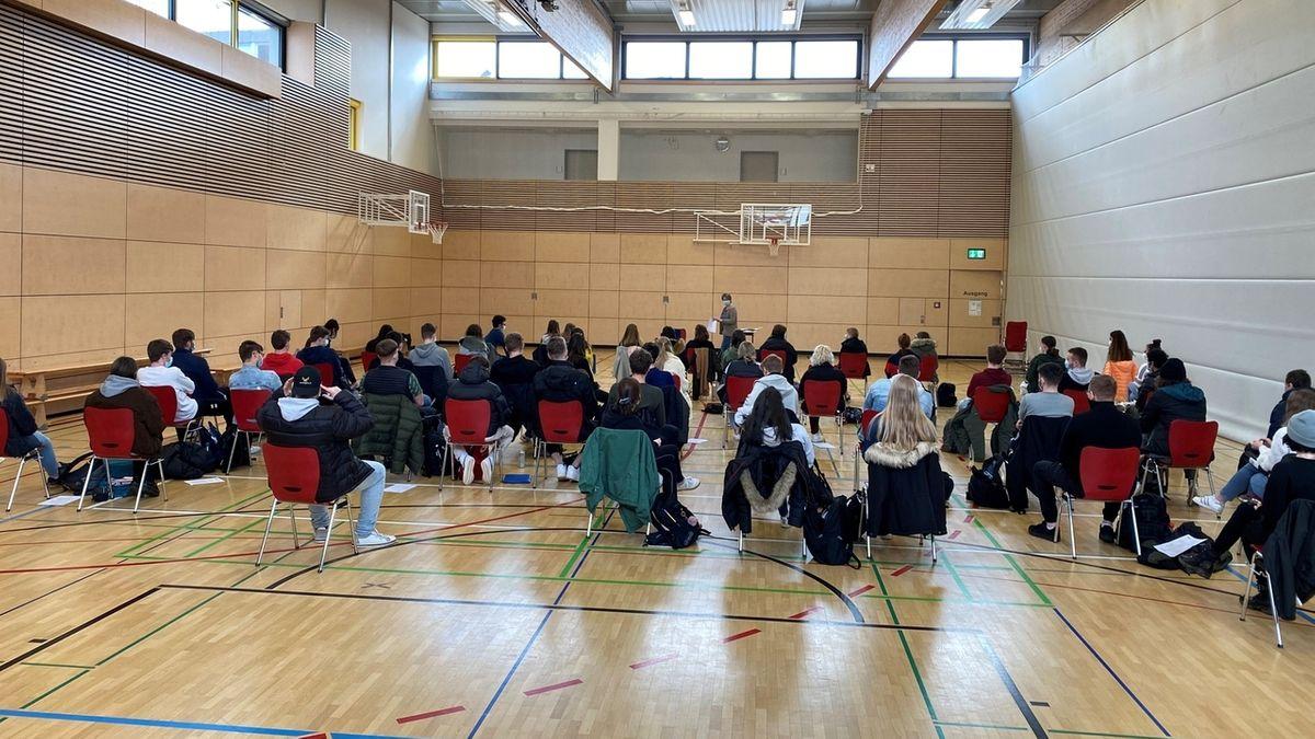 Die Zwölftklässler am Gymnasium Gemünden bekommen ihre Zeugnisse in einer Turnhalle.