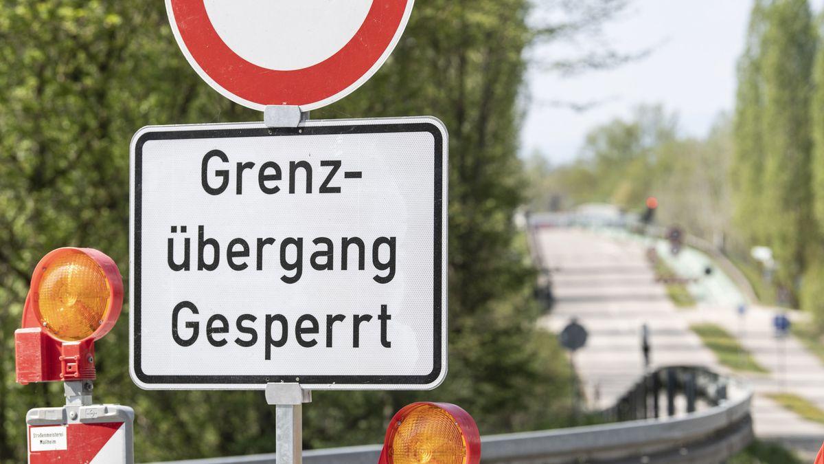 """Auf einem Schild an der deutsch-französischen Grenze steht: """"Grenzübergang gesperrt"""""""