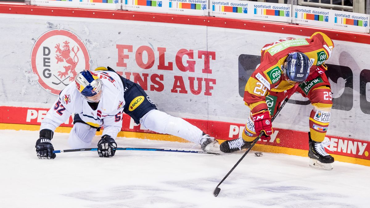 Patrick Hager vom EHC Red Bull München (links) und Alexander Barta (Düsseldorfer EG).