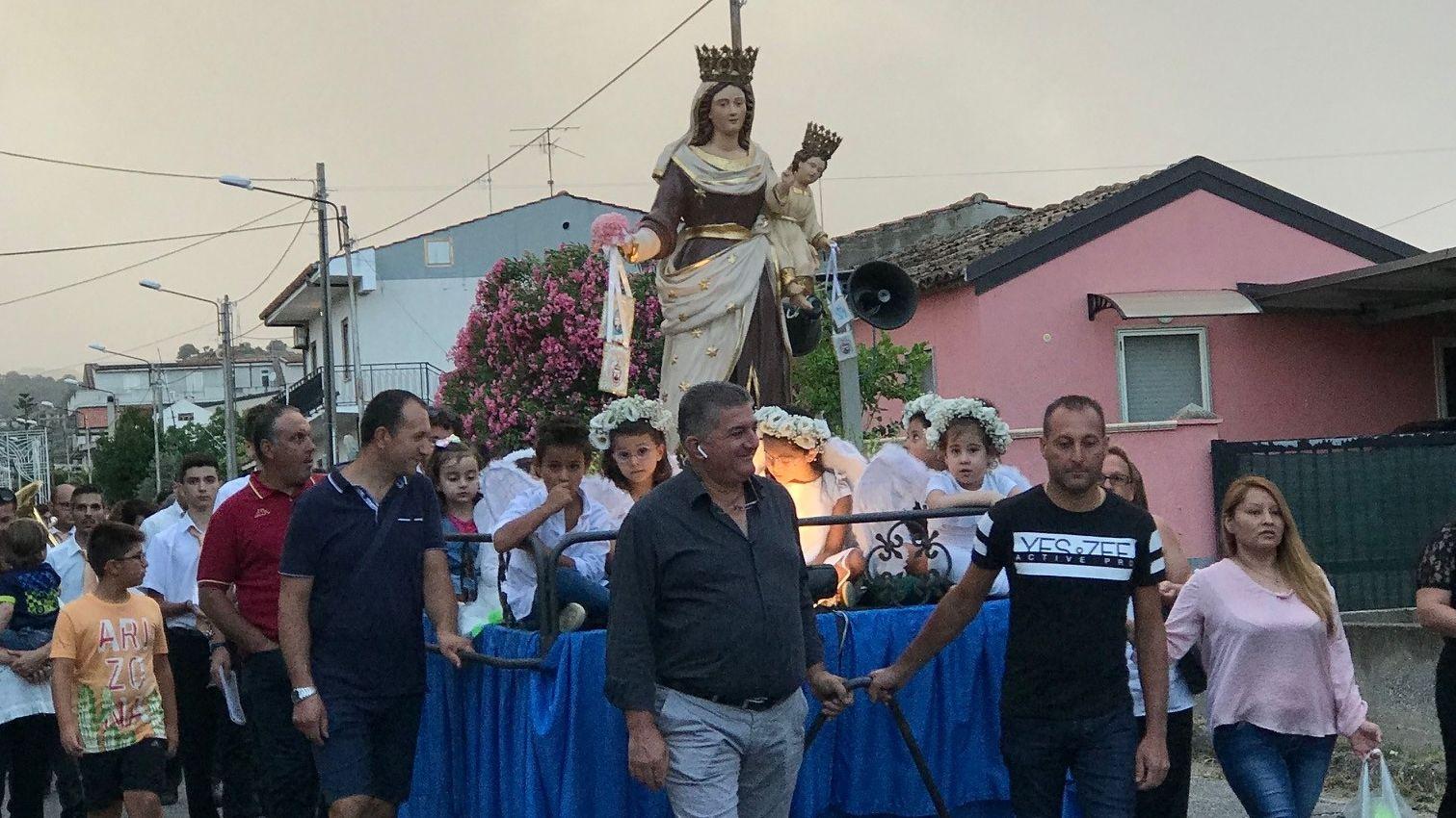 Die Madonna del Carmine wird bei einer Prozession durch den Ort getragen.