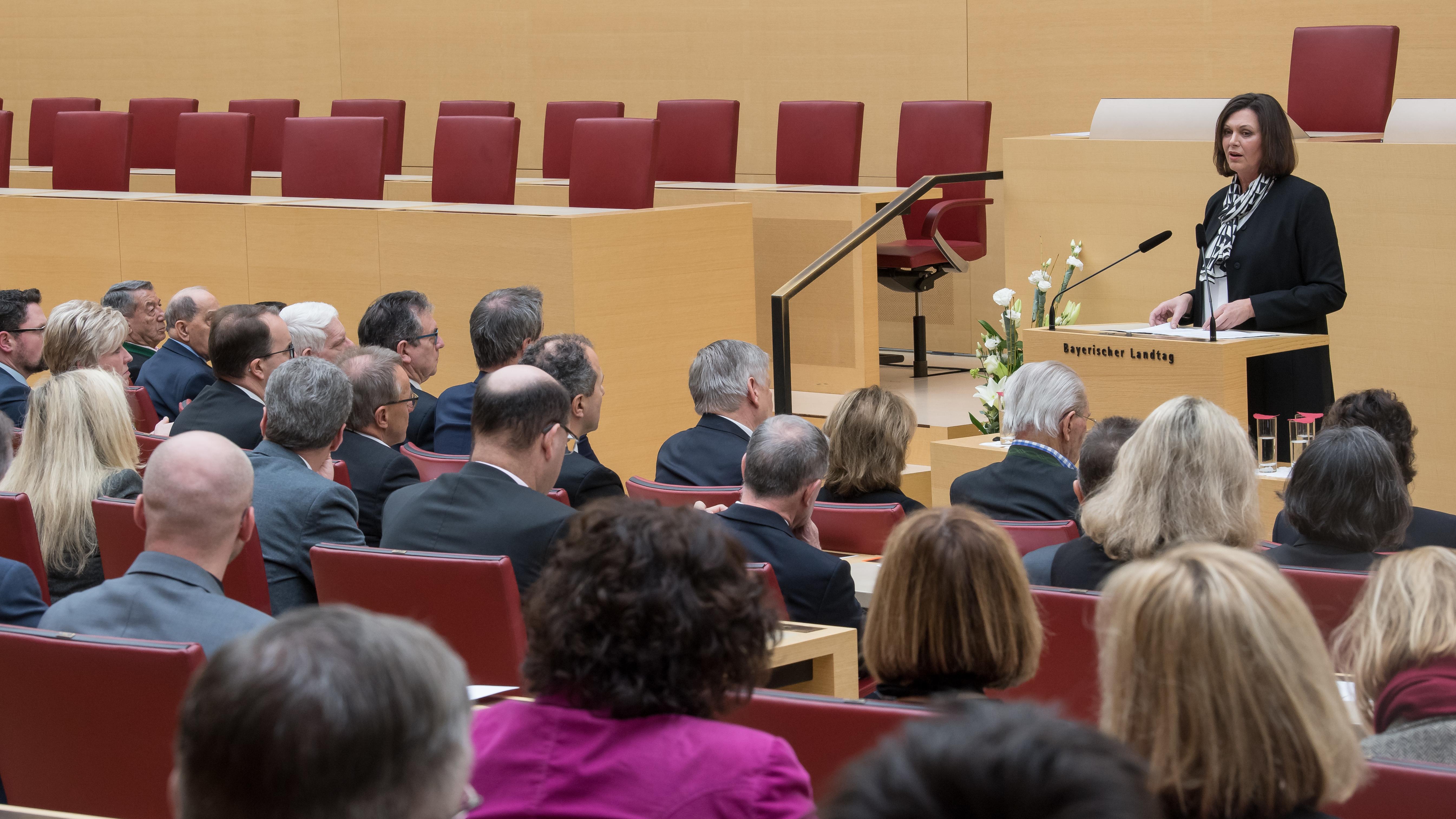 Landtagspräsidentin IlSe Aigner steht vor dem Plenum.