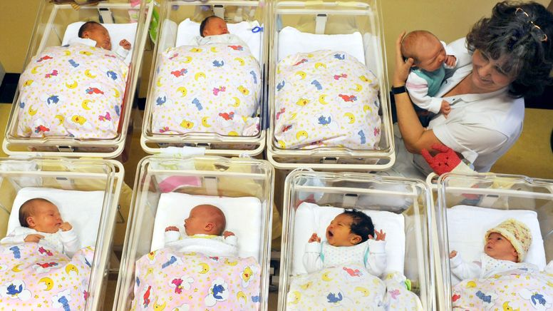 Eine Krankenschwester bei den Neugeborenen in einer Klinik (Symbolbild).   Bild:picture alliance / ZB   Waltraud Grubitzsch