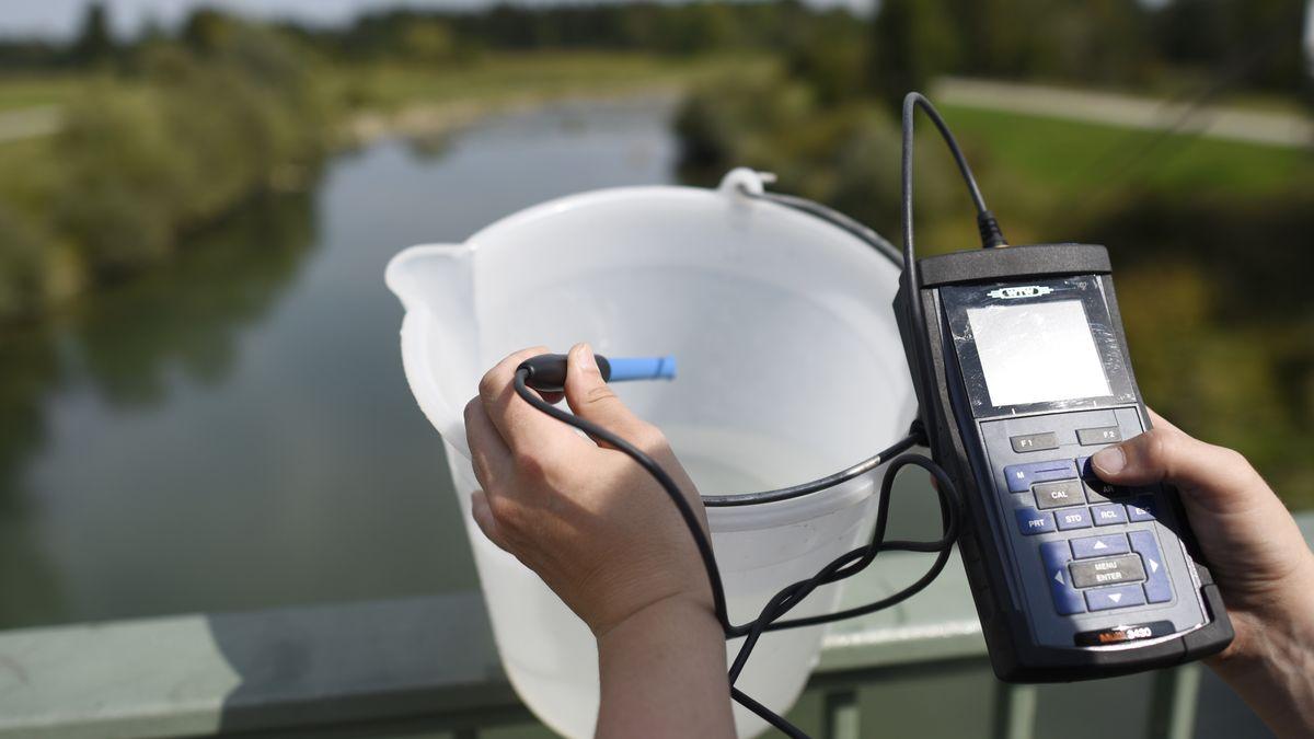 Symbolbild: Mikroplastik in Flüssen - Proben entnehmen