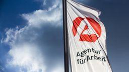 Der bayerische Arbeitsmarkt scheint sich allmählich von der Corona-Krise zu erholen. Denn anders als im Juli sonst üblich, hat sich die Zahl der Arbeitslosen weiter verringert. | Bild:picture alliance/imageBROKER