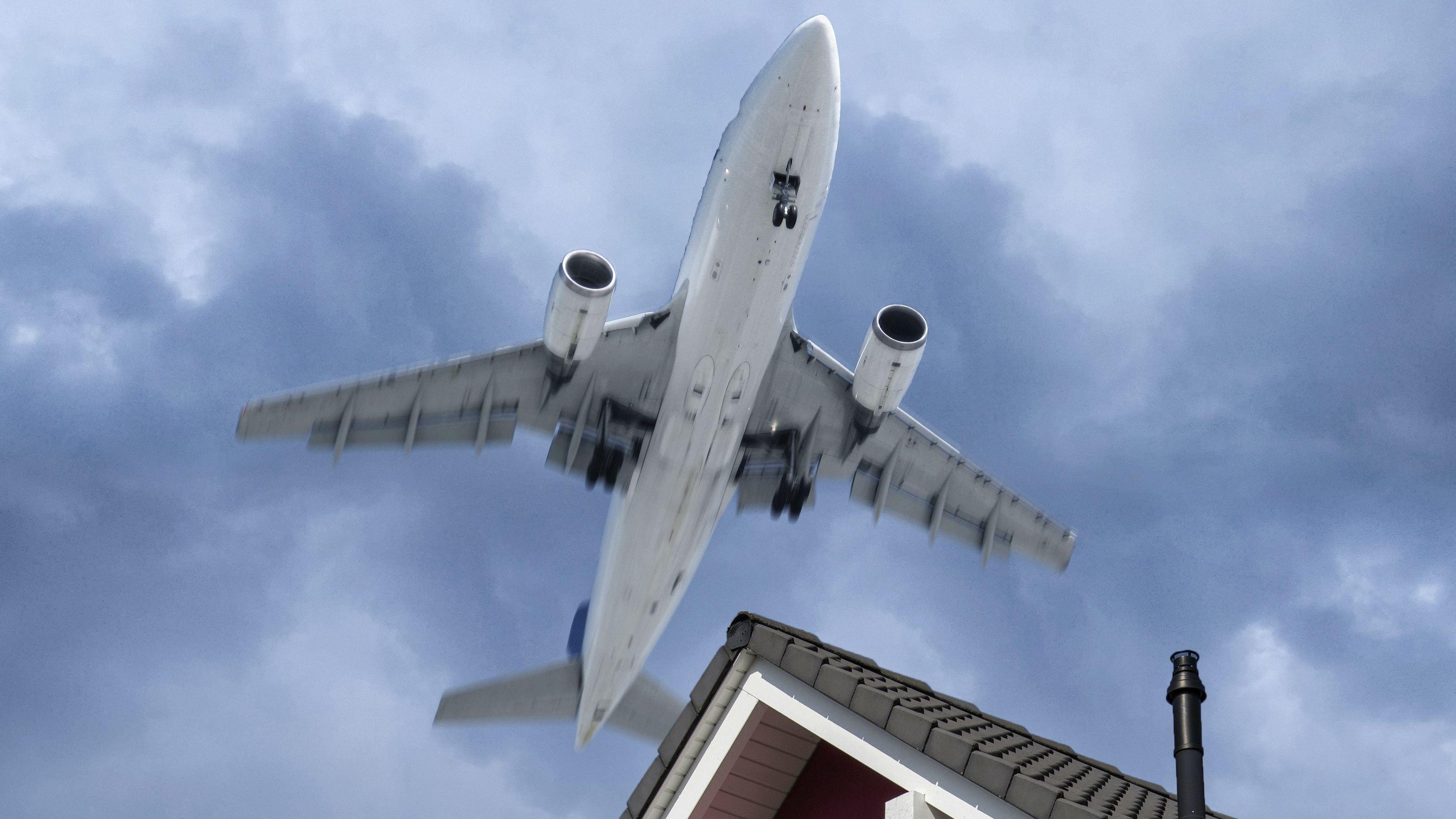 Flugzeug über Wohngebiet