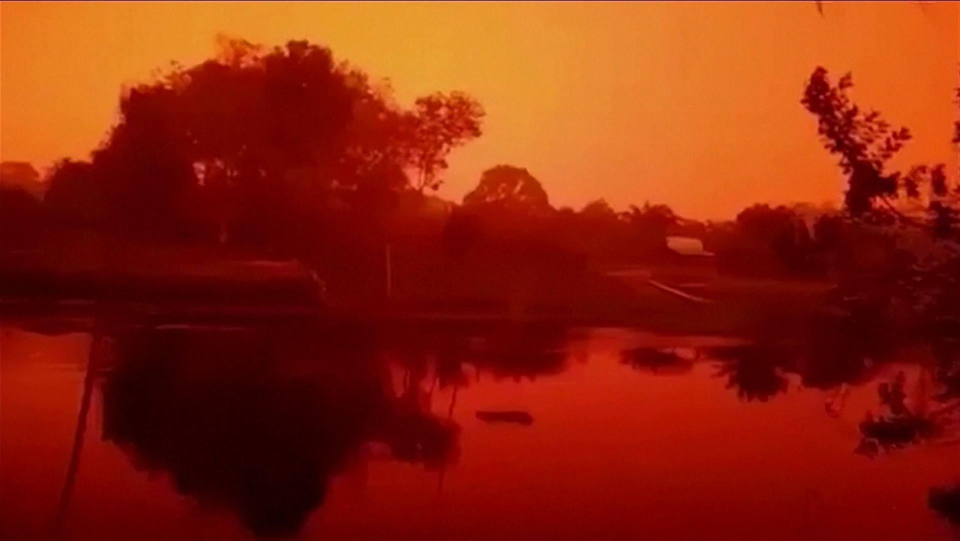 Wegen Smog, der durch Waldbrände ausgelöst wurde erscheint auf der indonesischen Insel Sumatra derzeit alles in Rot