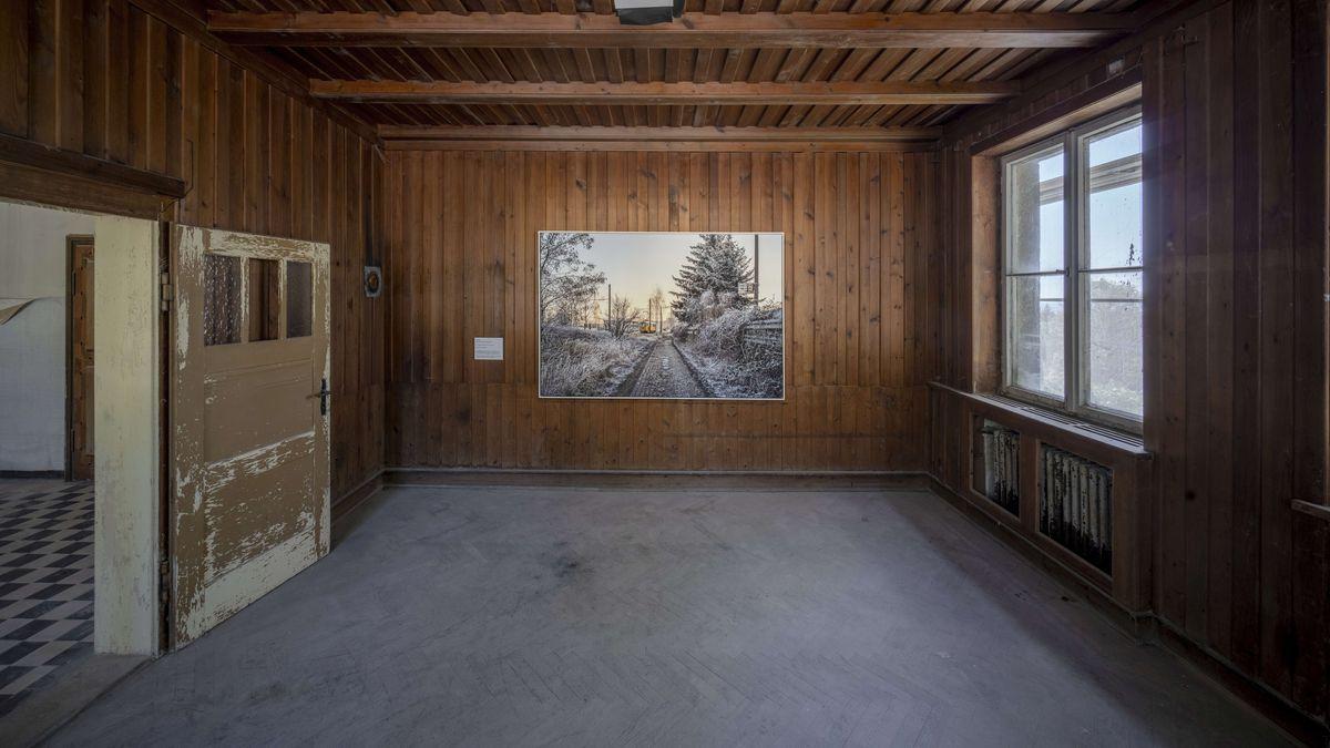 Die Ausstellung ist im Verwaltungsgebäudes des ehemaligen SS-Granitbetriebs der Deutschen Erd- und Steinwerke in Flossenbürg eingerichtet.