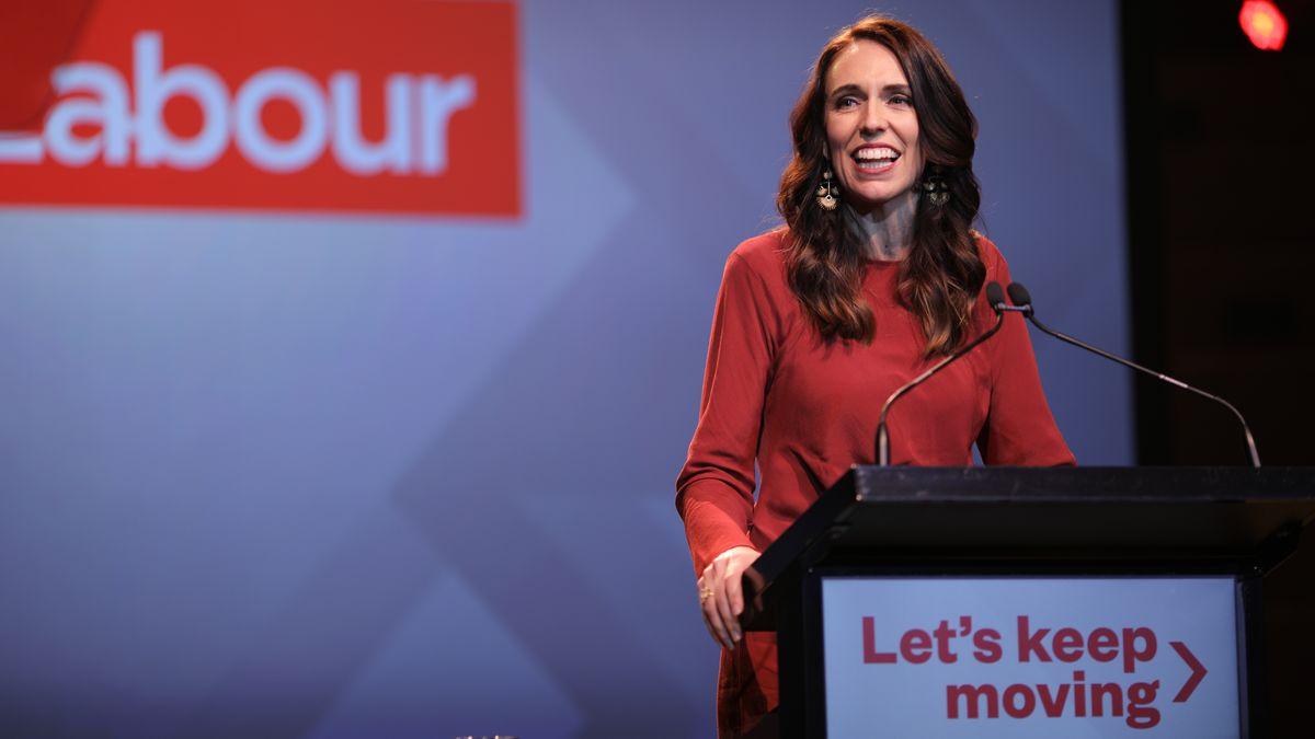 Die neuseeländische Regierungschefin Jacinda Ardern hat bei der Parlamentswahl einen historischen Wahlsieg errungen.