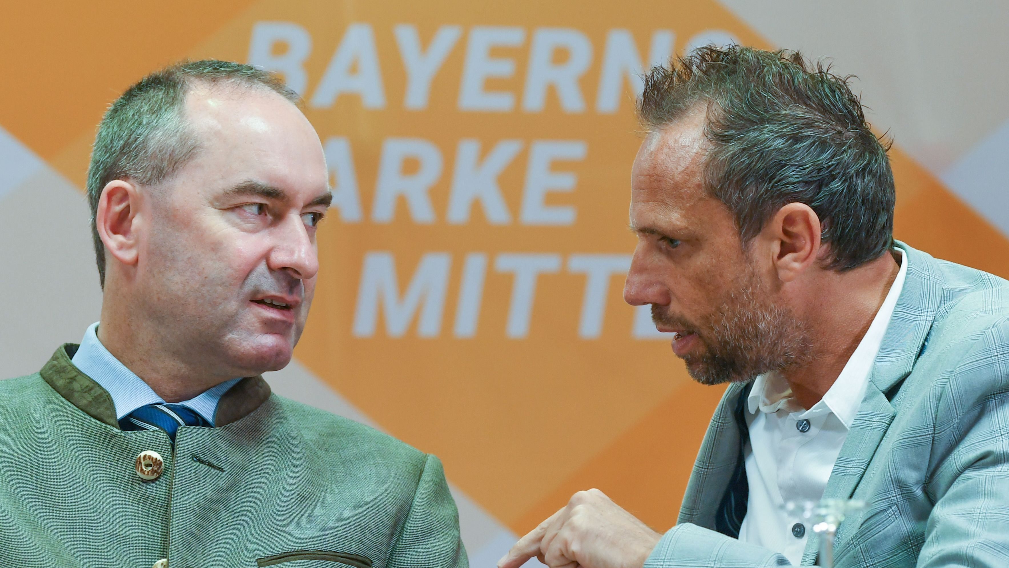 FW-Chef Hubert  Aiwanger und Umweltminister Thorsten Glauber (r.)