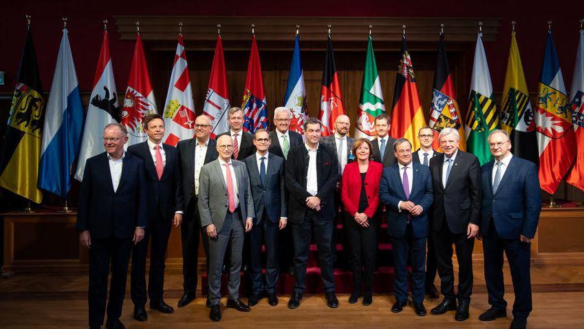 Bayern, Krün: Stefan Weil (SPD), Ministerpräsident von Niedersachsen, (l-r), Tobias Hans (CDU), Ministerpräsident des Saarlandes, Andreas Bovenschulte (SPD), Präsident des Senats von Bremen, Peter Tschentscher (SPD), Bürgermeister von Hamburg, Staatssekretär Heiko Geue von Mecklenburg-Vorpommern, Michael Müller (SPD), Regierender Bürgermeister von Berlin, Winfried Kretschmann (Bündnis 90/Die Grünen), Ministerpräsident von Baden-Württemberg, Markus Söder (CSU), Ministerpräsident von Bayern, Staatssekretär von Brandenburg Thomas Kralinski, Malu Dreyer (SPD), Ministerpräsidentin von Rheinland-Pfalz, Michael Kretschmer (CDU), Ministerpräsident von Sachsen, Armin Laschet (CDU), Ministerpräsident von Nordrhein-Westfalen, Staatssekretär Dirk Schröder von Schleswig-Holstein, Volker Bouffier (CDU), Ministerpräsident von Hessen und Reiner Haseloff (CDU), Ministerpräsident von Sachsen-Anhalt stehen während einer Pause der Jahreskonferenz der Ministerpräsidenten für ein Gruppenfoto im Sitzungssaal von Schloss Elmau zusammen. Die Regierungschefs diskutieren bei ihrem zweitägigen Arbeitstreffen unter anderem über Themen wie die Reform des Föderalismus in Deutschland.
