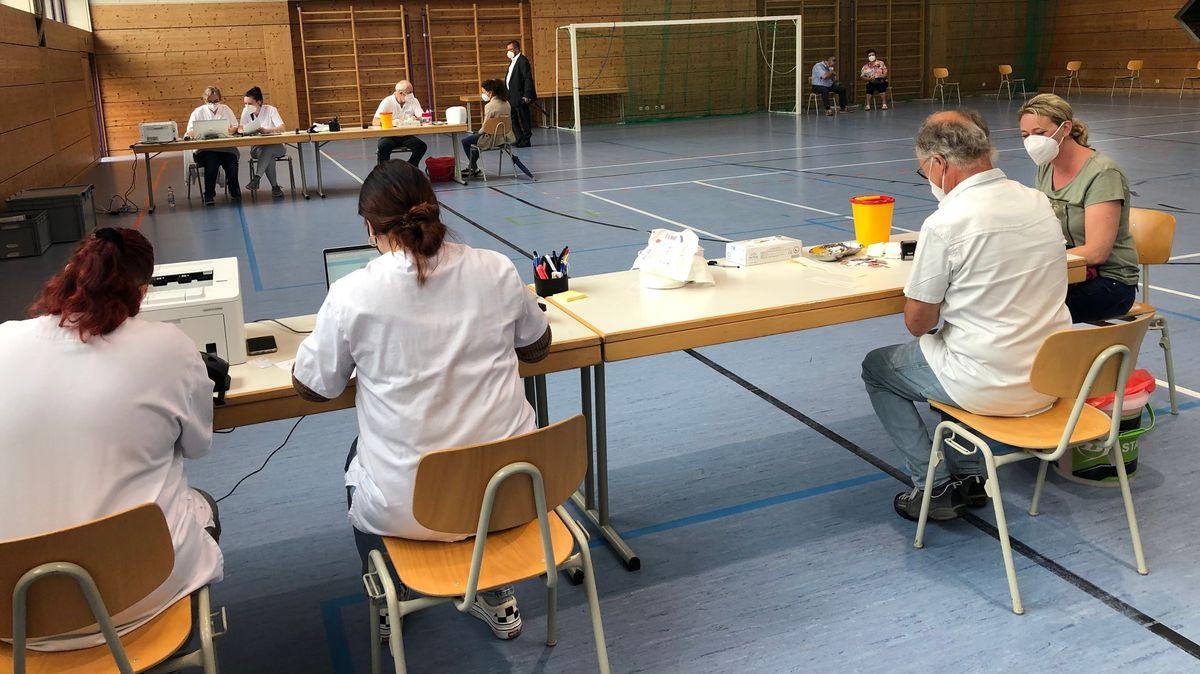 Beim mobilen Impftag in der Turnhalle in Ruhmannsfelden.