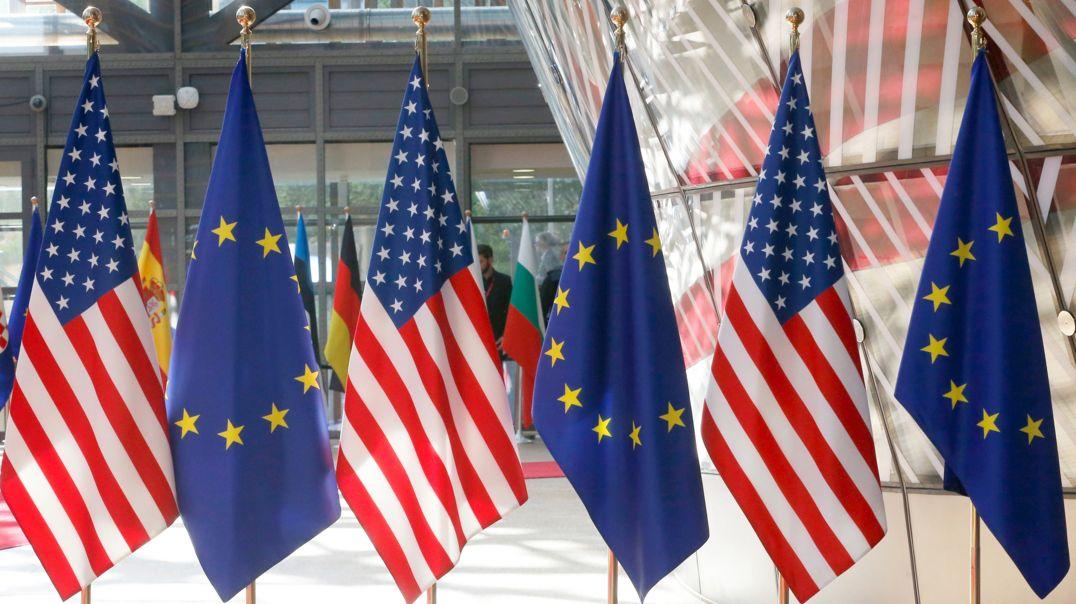EU-Flaggen und amerikanische Fahnen