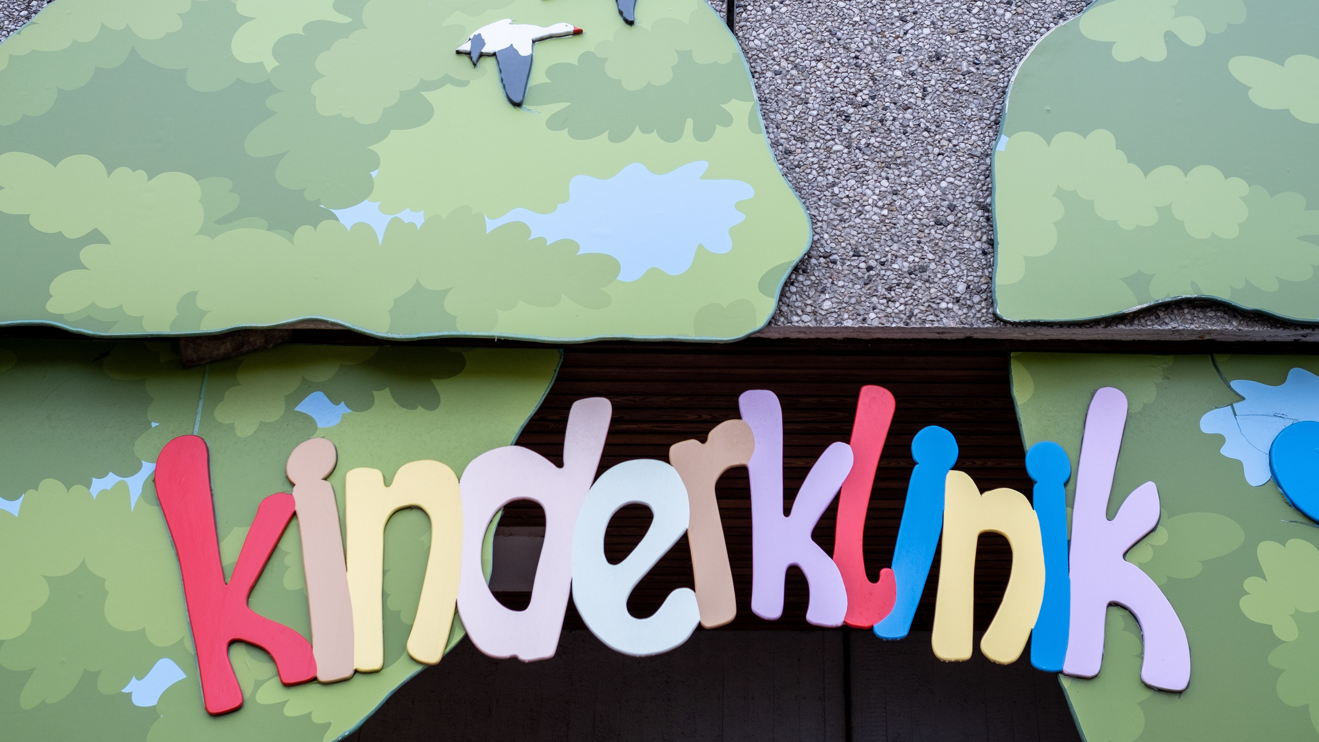 Das Wort Kinderklinik in bunten Buchstaben