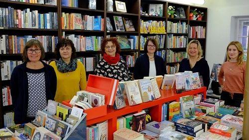 """Ein eingespieltes Team: """"Barbaras Bücherstube"""" in Moosburg a.d. Isar."""