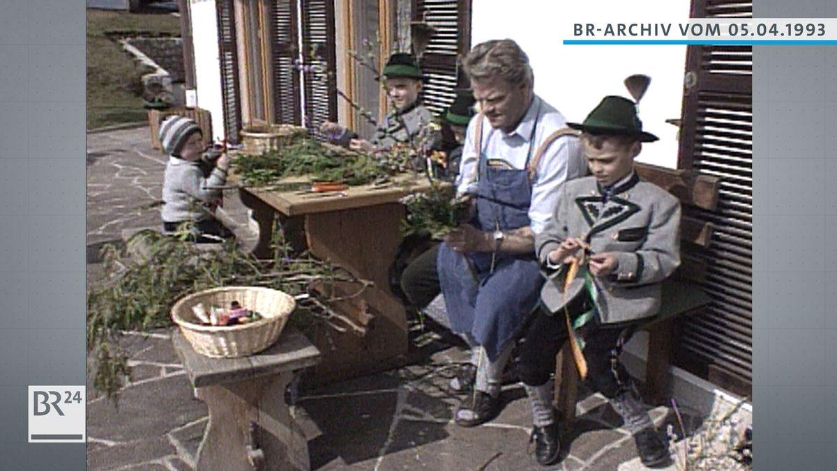 Familie beim Herstellen von Palmbuschen