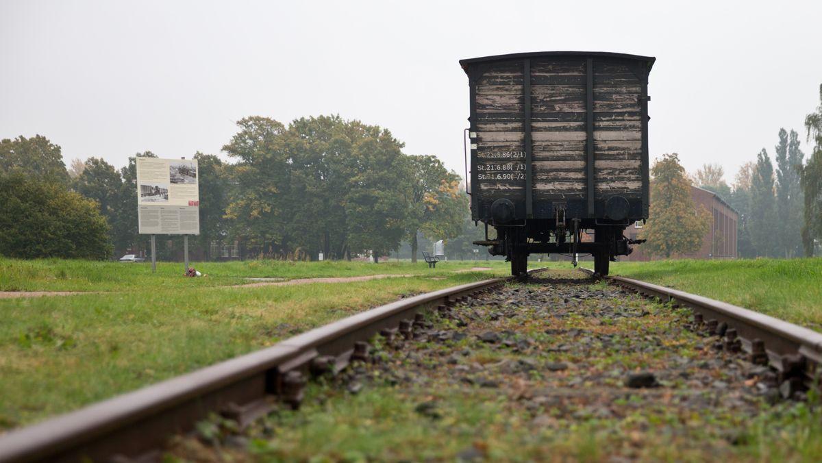 Ein historischer Eisenbahnwaggon im Jahr 2015 am ehemaligen Lagerbahnhof auf dem Gelände der KZ-Gedenkstätte Neuengamme bei Hamburg.