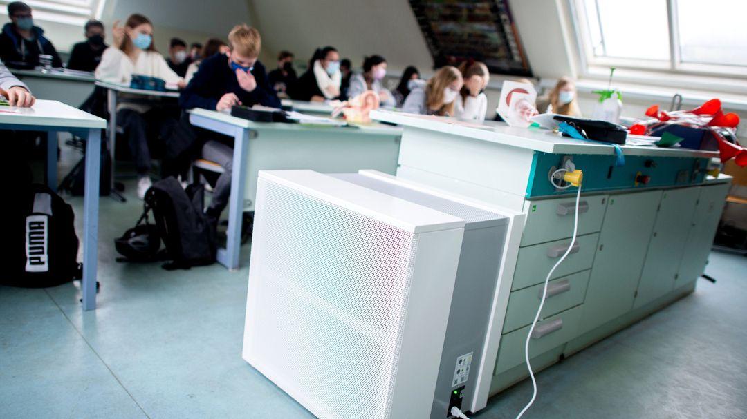 Luftreinigungsgerät in einem Klassenzimmer