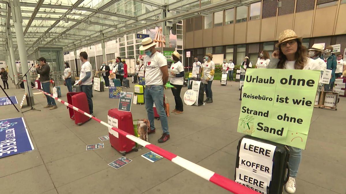 Beschäftigte und Inhaber von Reisebüros demonstrieren vor dem Eingang des Nürnberger Flughafens.