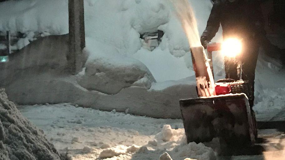 Symbolbild: Mann schiebt Schneefräse