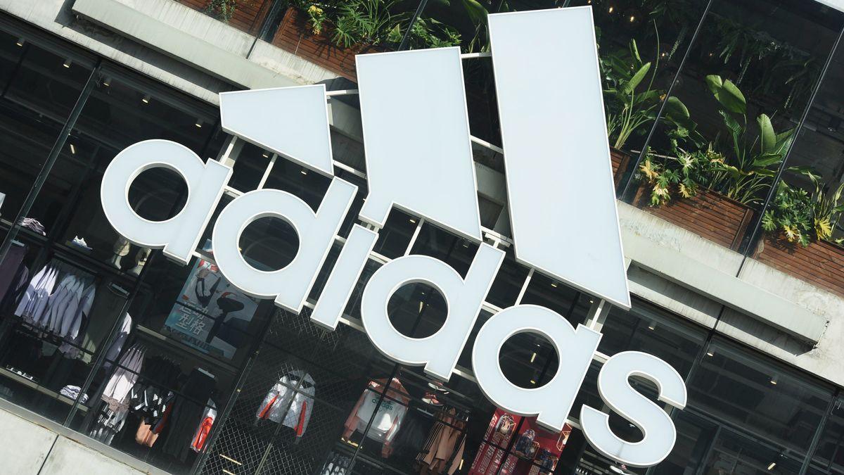 """Der """"Adidas""""-Schriftzug über einem Geschäft des Sportartikelherstellers"""