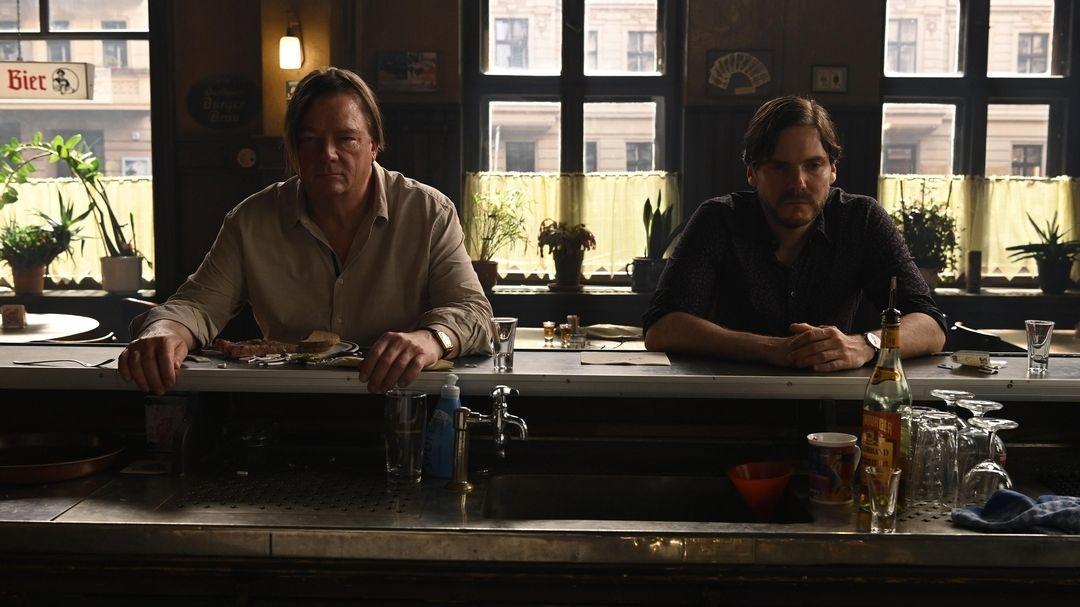 "Szene aus ""Nebenan"": Zwei Männer sitzen an der Bar und starren vor sich hin"