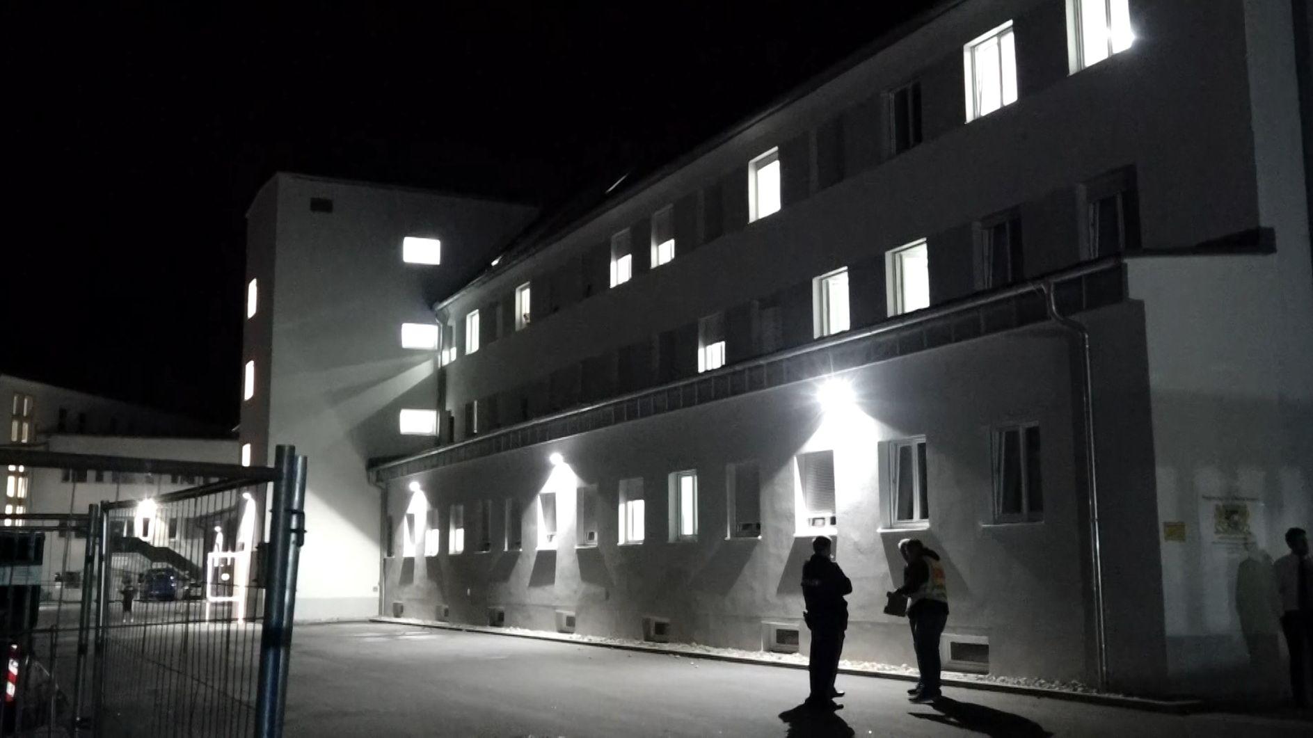 Vor dem Ankerzentrum in Deggendorf kam es zu einer Auseinandersetzung, an der 30 Personen beteiligt waren.