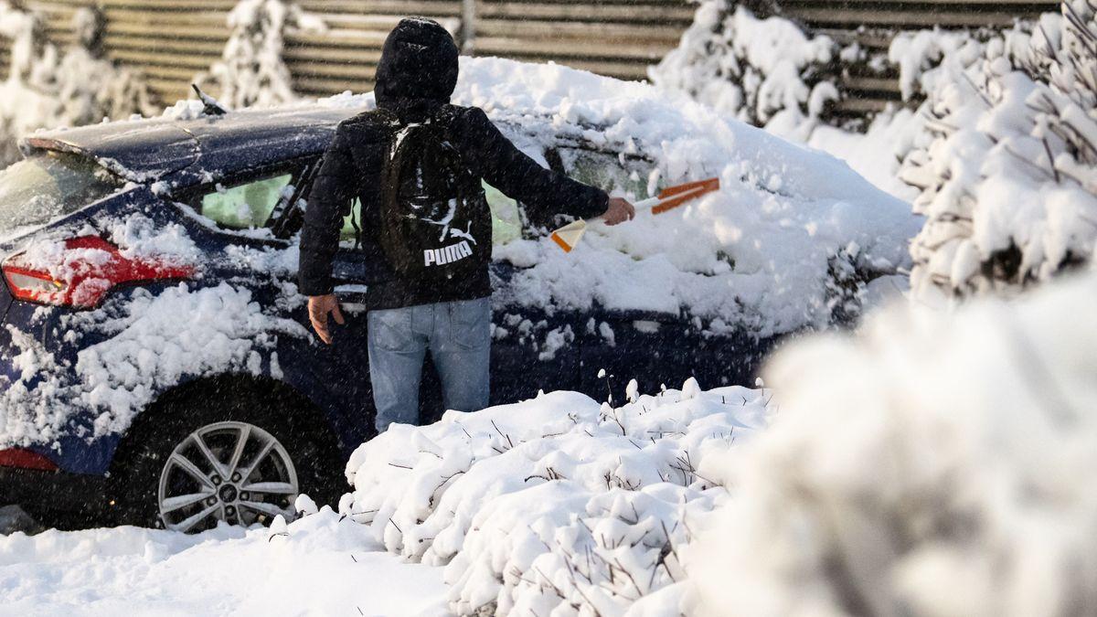 25.01.2021 München: Ein Mann befreit sein Auto vom Schnee
