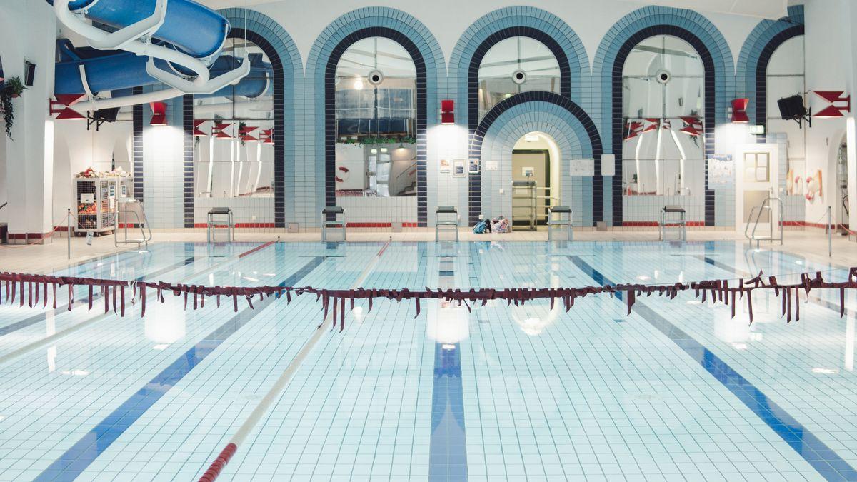 Ein Schwimmbecken ohne Badegäste, über das eine Absperrleine gespannt ist.