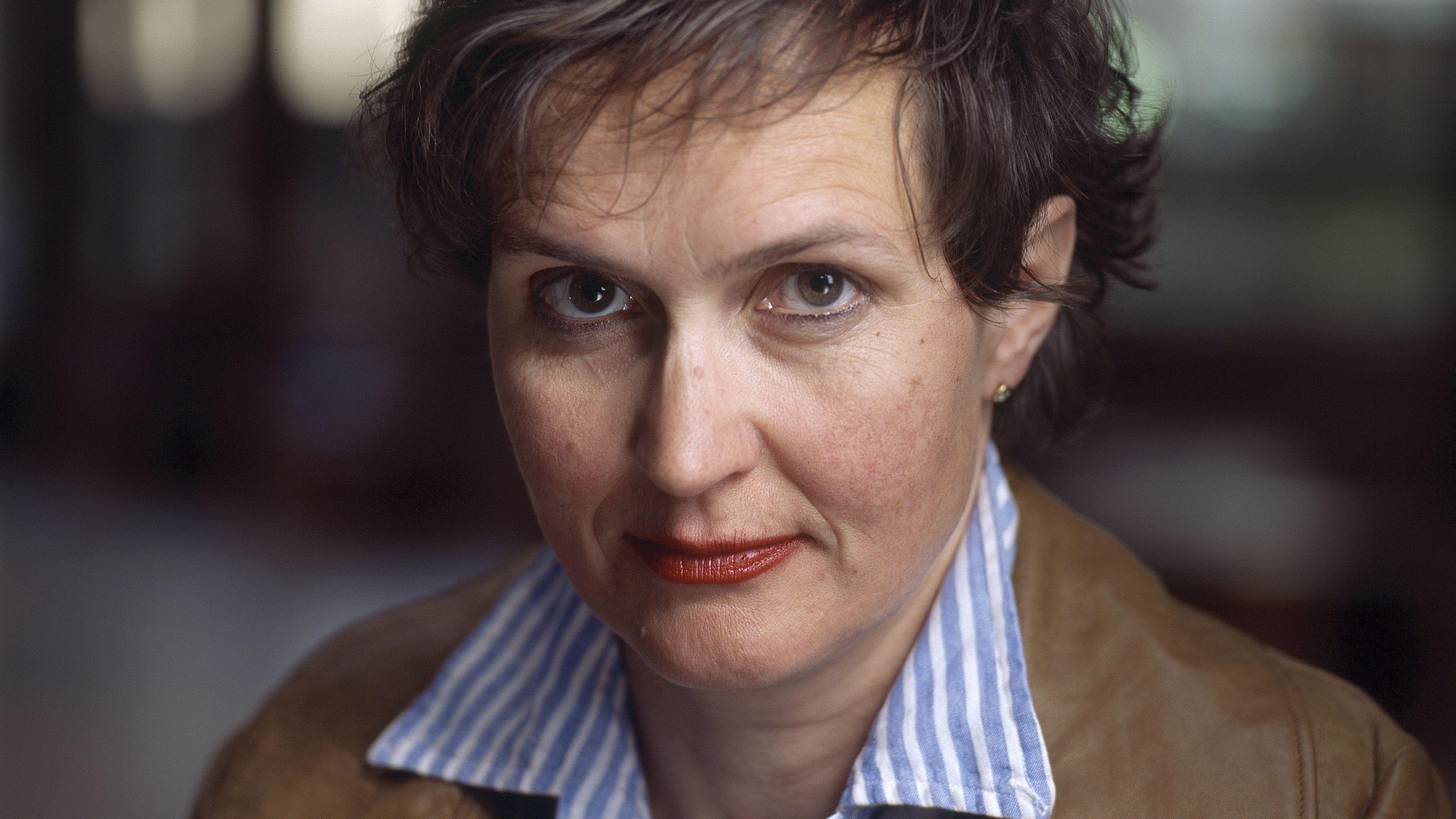 Barbara Frey blickt ernst in die Kamera