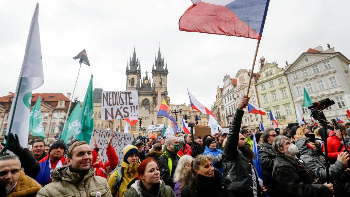 Tausende demonstrierten in der Prager Innenstadt gegen Corona-Maßnahmen.