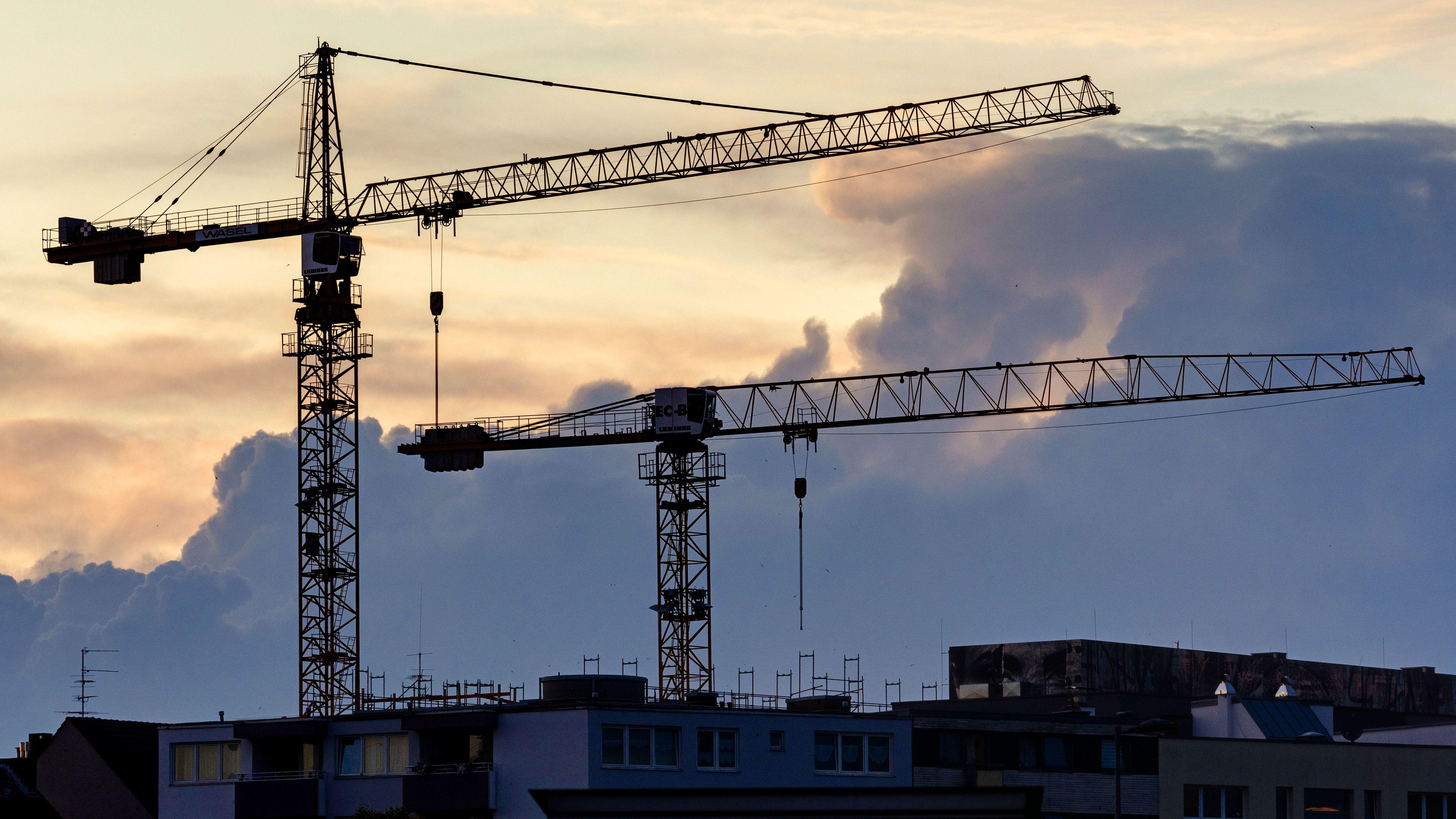 Baukräne auf einer Baustelle 2019  (Archiv)