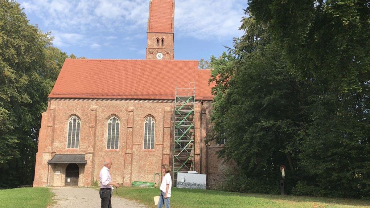 Burgkirche Oberwittelsbach bei Aichach mit Baugerüst