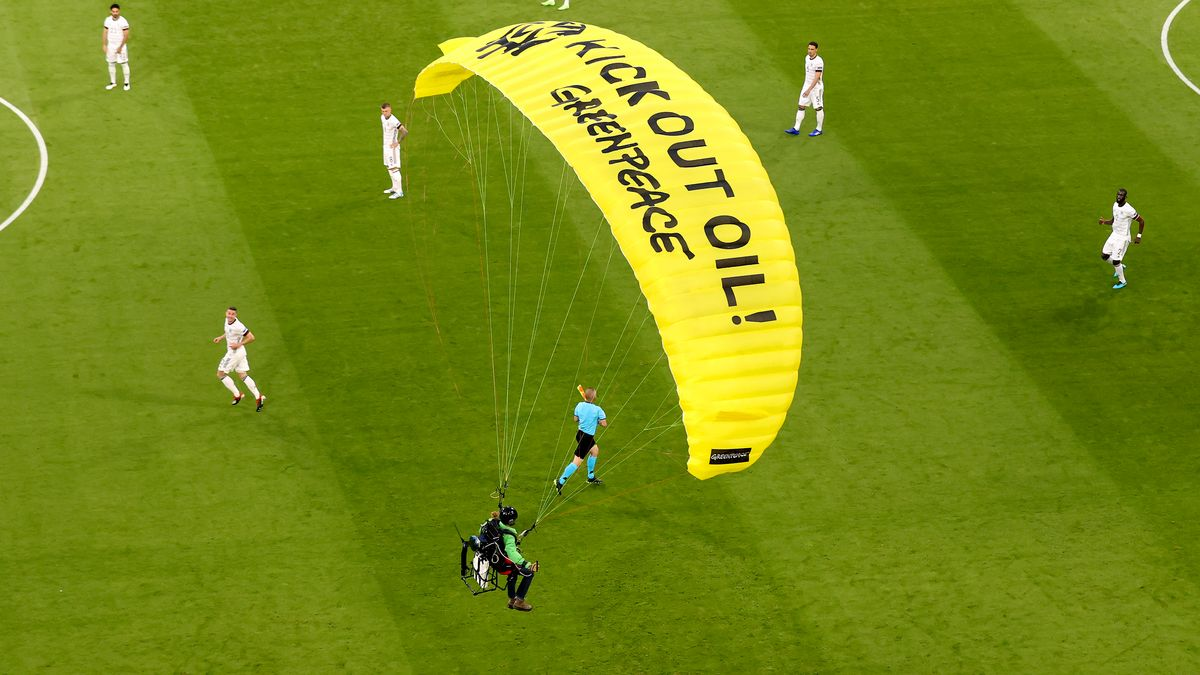 Greenpeace-Aktivist in der Münchner Allianz-Arena