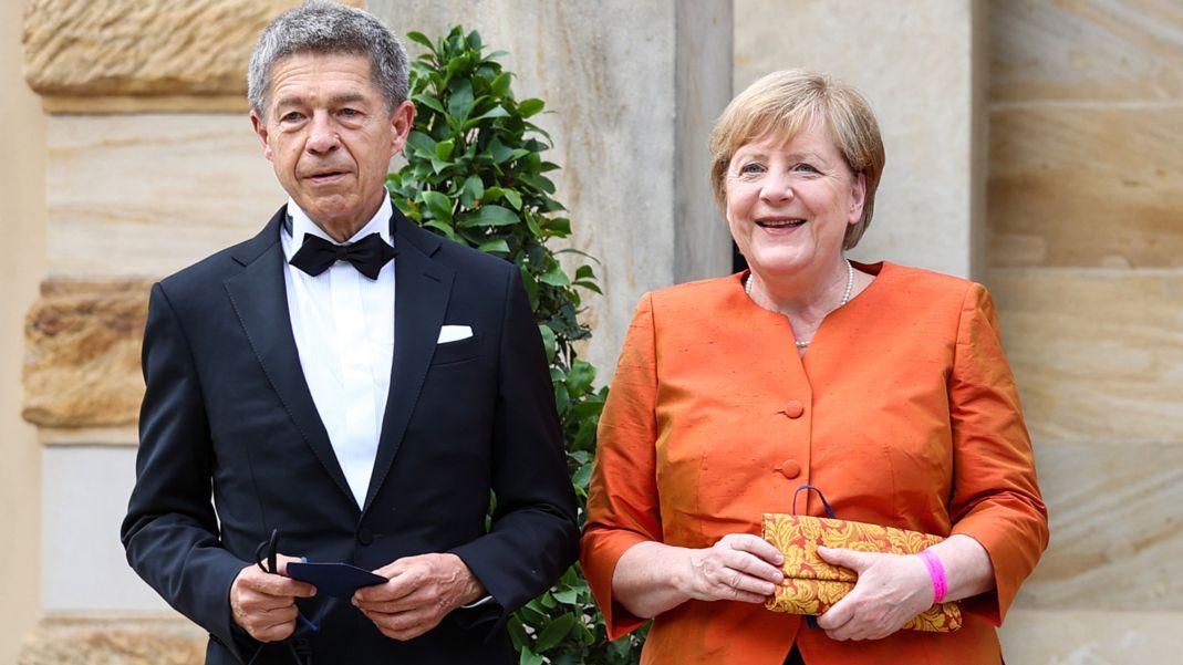 Die Bundeskanzlerin ist mit ihrem Ehemann Joachim Sauer zur Eröffnung gekommen.