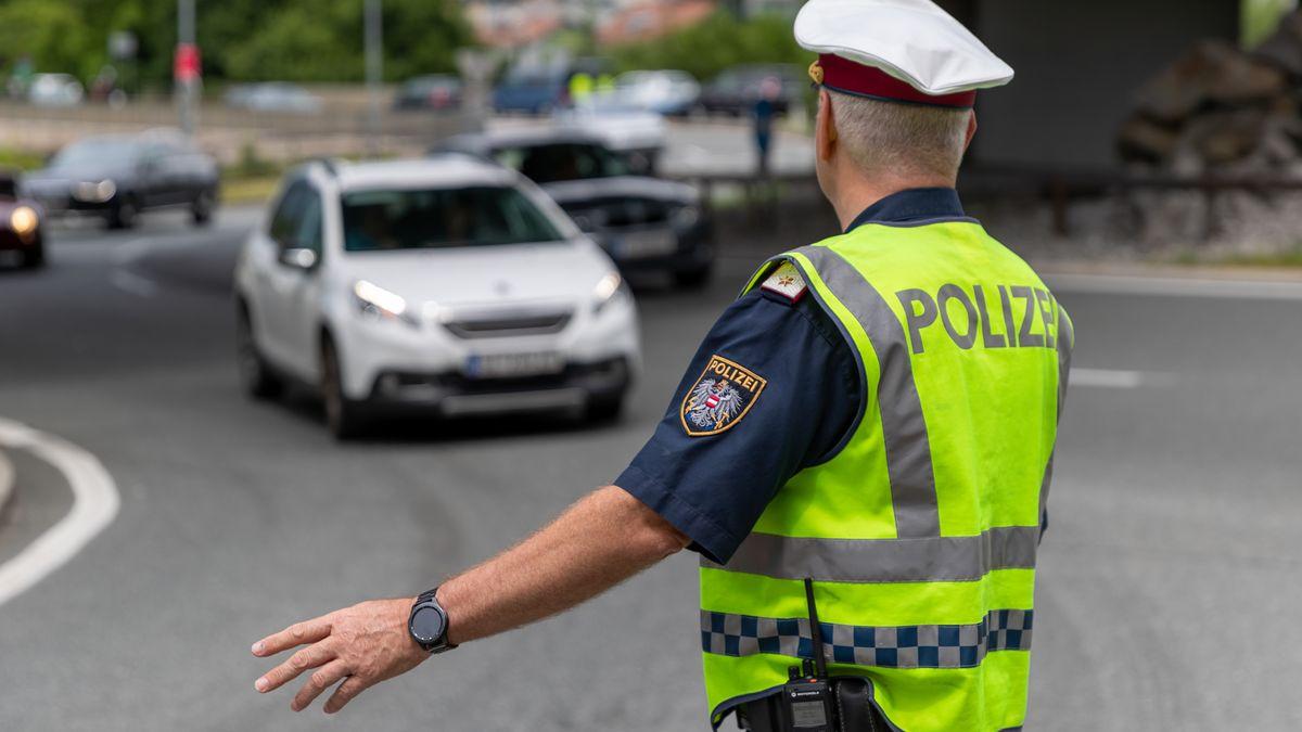 Ein Polizist kontrolliert ein Fahrverbot in Tirol